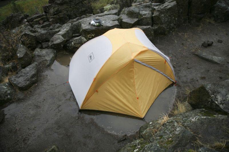 Трехсезонная двухслойная палатка REI Half Dome 2 Plus.